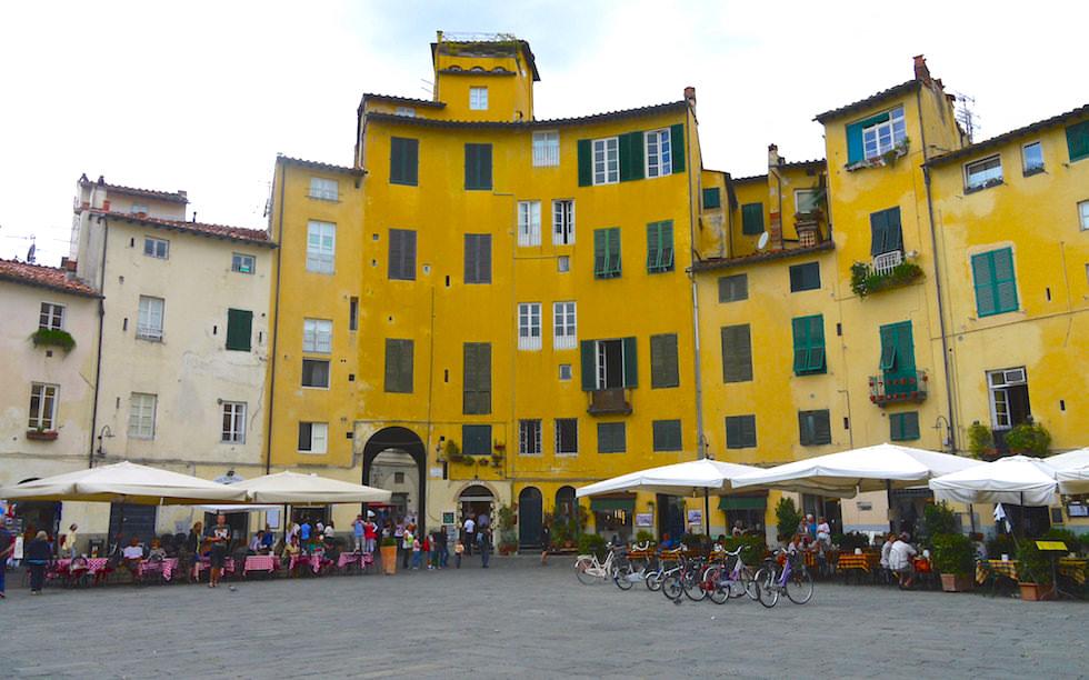 Lucca Piazza dell'Anfiteatro Italien Toskana