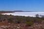 Faszination Lake Gairdner: schneeweißer Salzsee eingebettet in rote Hügel der Grawler Ranges
