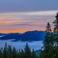 Faszinierend schöner Sonnenaufgang bei der Gufferthütte: oben die feurigen Farben, unten ein Nebelmeer - Blauberge Wanderung - Bayern