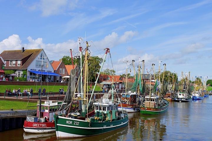 Wunderschöner Greetsieler Hafen - Bunte Krabbenkutter-Flotte & Sielzufluss - Ostfriesland