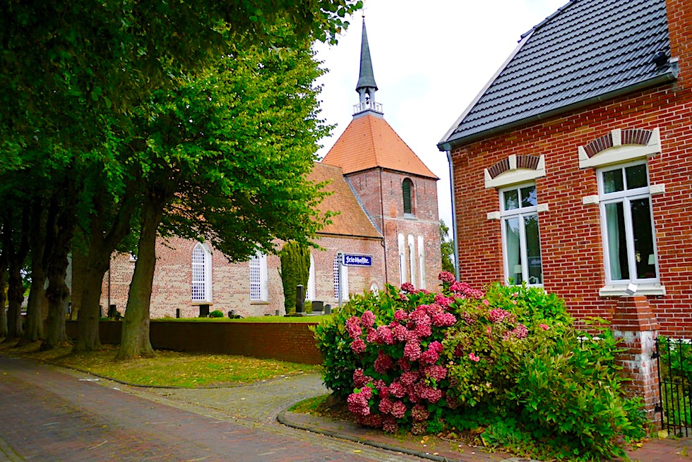 Idyllisches Rysum: das malerische Vorzeige-Warfendorf in der Krummhörn - Ostfriesland