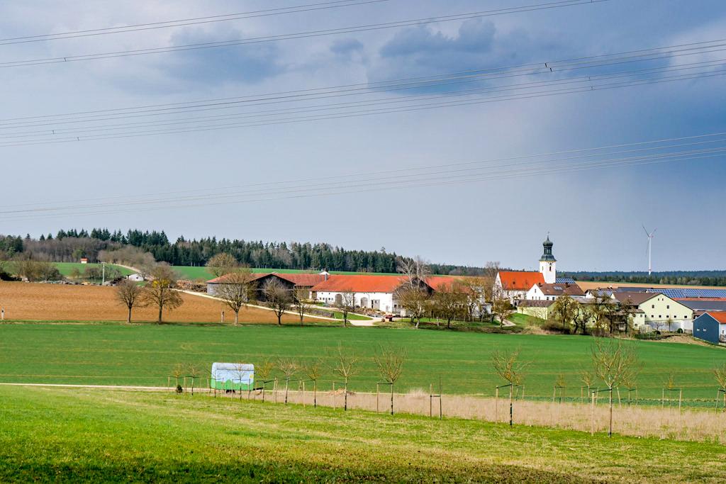 Schöner Ausblick auf Buchenhüll & seiner Wallfahrtskirche - TraumSchlaufe Eichstätt Wanderung Nr. 14 - Altmühltal, Bayern