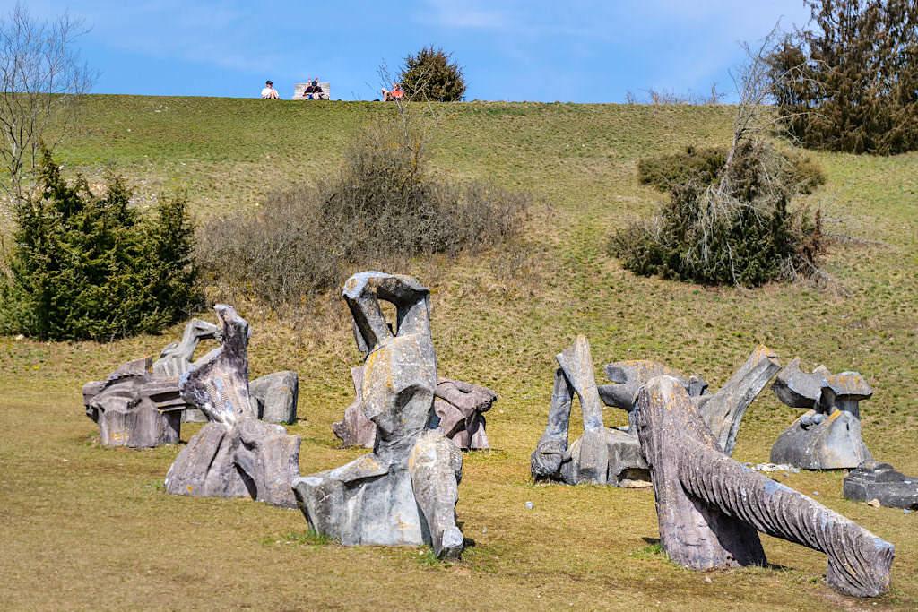 Figurenfeld mit 78 überlebensgroßen Skulpturen - TraumSchlaufe Eichstätt Nr. 14 Wanderung - Geheimtipp-Wanderung im Altmühltal - Bayern