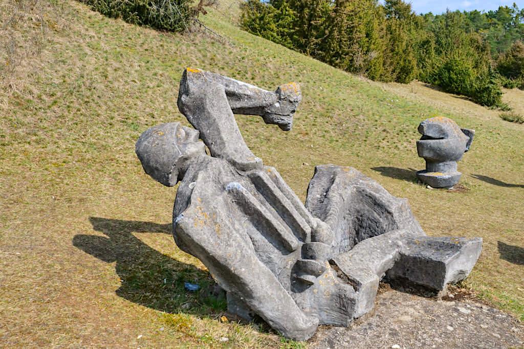 Figurenfeld im Hessental - Mahnmal gegen Krieg & Gewalt - TraumSchlaufe Eichstätt Wanderung Nr. 8 - Altmühltal, Bayern