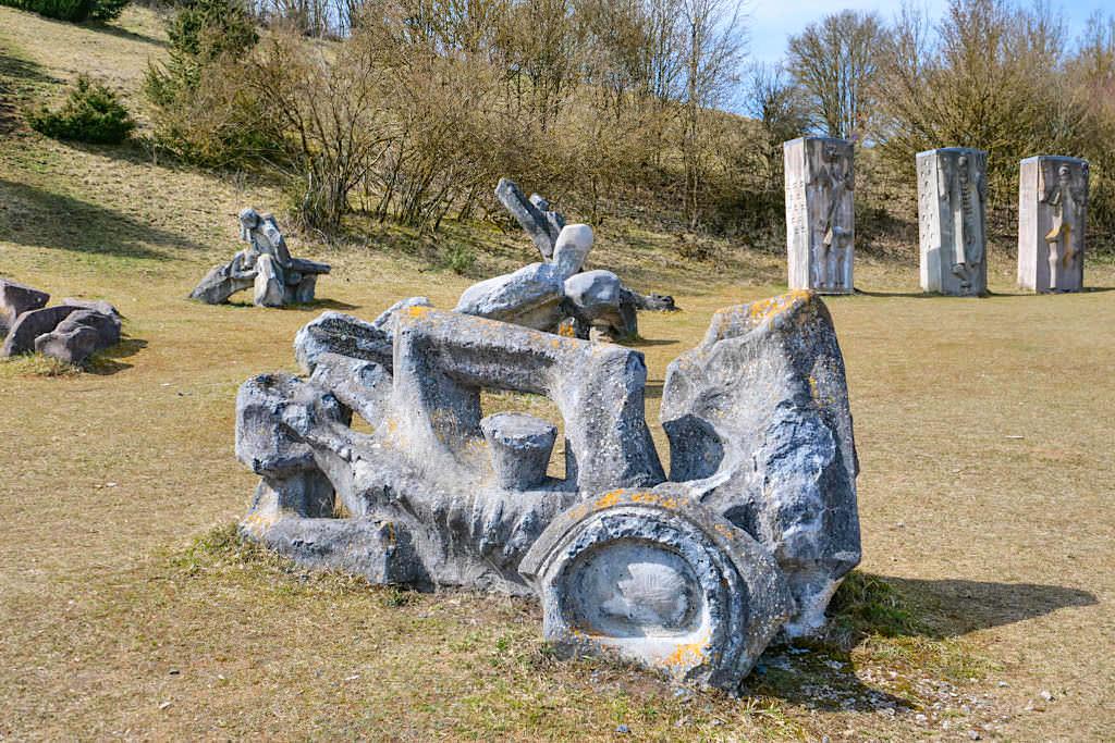 Figurenfeld mit 3 Stelen von Alois Wünsche-Mitterecker - TraumSchlaufe Eichstätt Nr. 14 Wanderung - Altmühltal, Bayern
