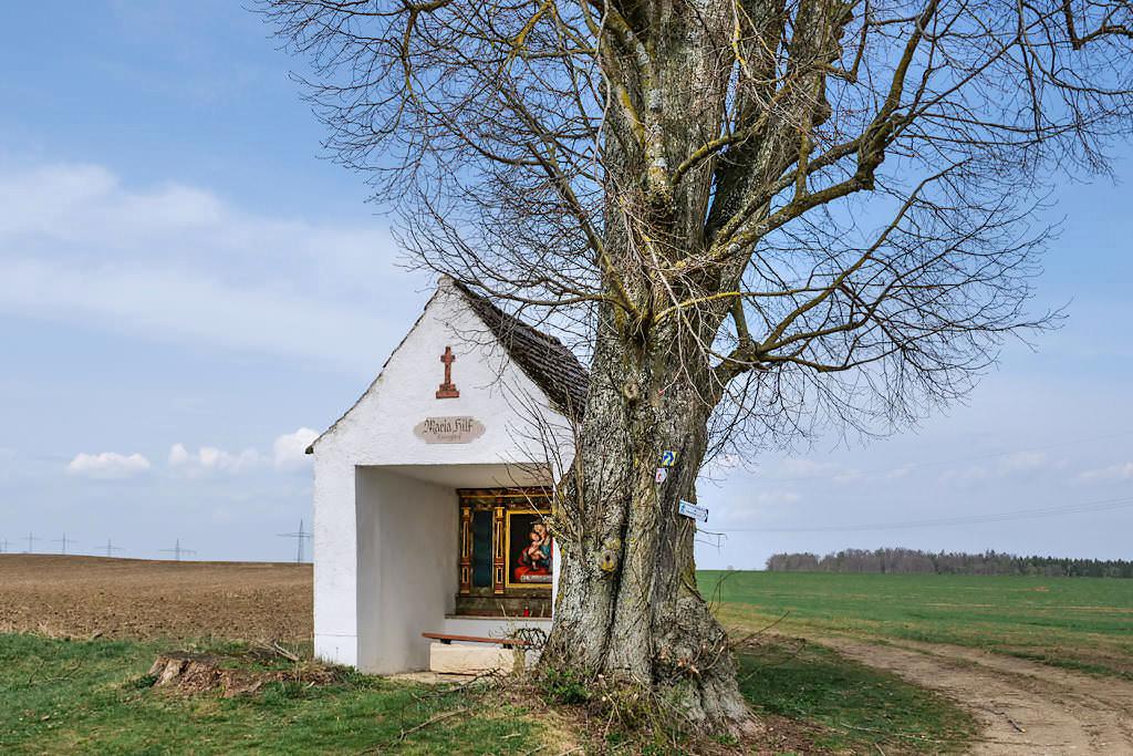 Idyllisch gelegene Maria-Hilf-Kapelle beim Häringhof - Die TraumSchlaufe Eichstätt Nr. 14 Wanderung ist ein Altmühltal Geheimtipp - Bayern