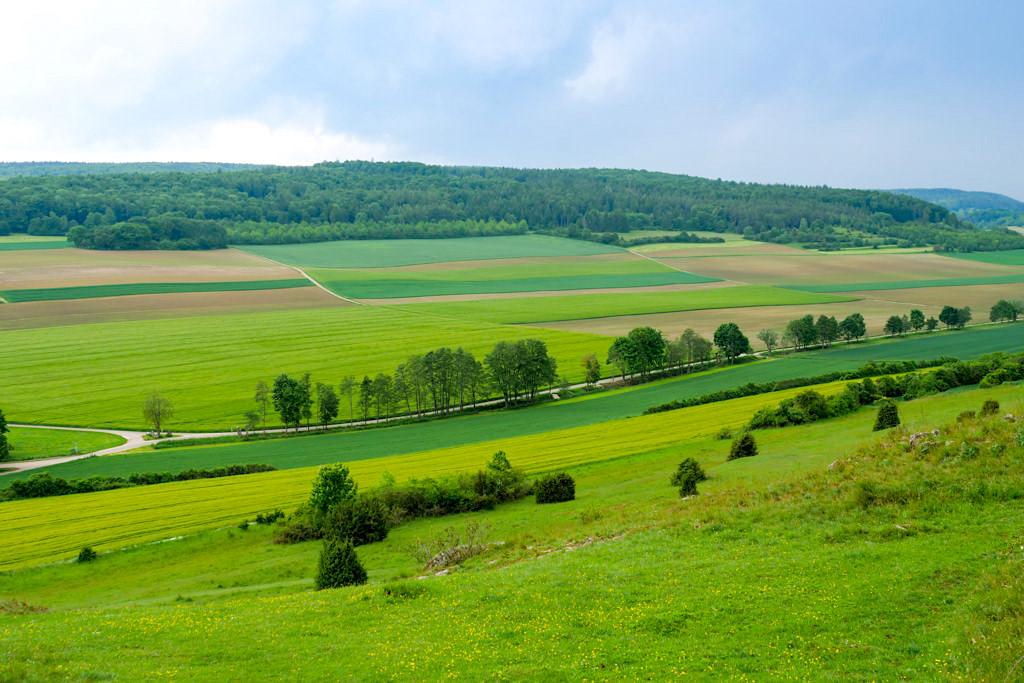 Wunderschöner Ausblick in die Rieskrater-Landschaft vom Geotop Riegelberg aus gesehen - Donau-Ries, Bayern