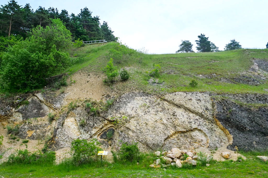 Geotop Kalvarienberg Gosheim - Ries-Ereignis verschiebt riesige Gesteinsschollen - Donau-Ries, Bayern