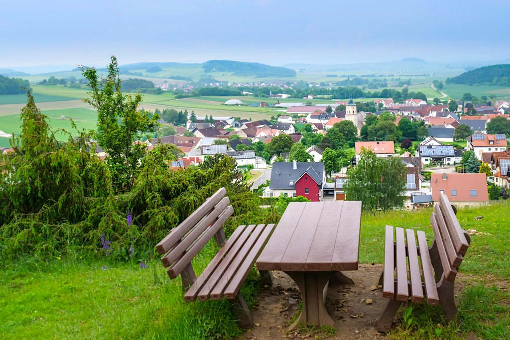 Ausblick auf Gosheim und Rieskrater - Geotop Kalvarienberg - Bayern