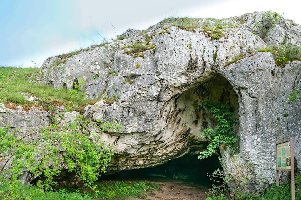 Riegelberg & Ofnethöhlen - Gesteinsverschiebungen beim Ries-Ereignis & Fundort von Menschenschädeln - Donau-Ries, Bayern