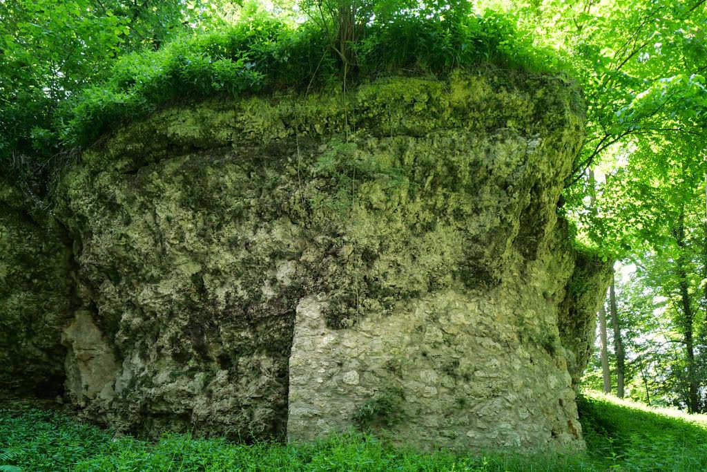 Rückansicht des Hexenfelsens zum Wasserreservoir hin- Nördlingen, Bayern