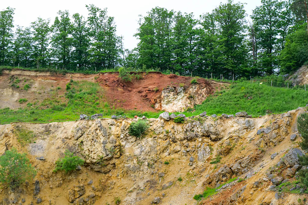 Geotop Lindle - inverse Lagerung der Gesteinsschichten durch Ries-Meteorit: Braunjura über Weißjura - Bayern