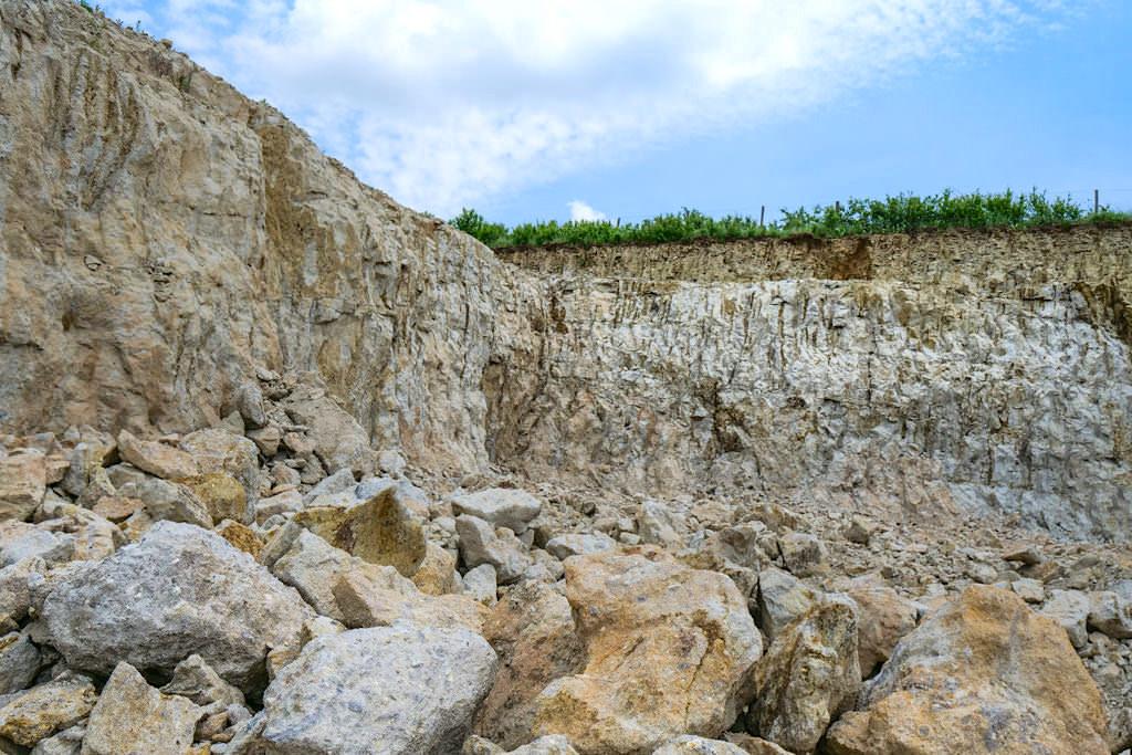 Suevit - Trümmergestein, entstanden beim Ries-Ereignis & Baumaterial für viele Gebäude im Donau-Ries - Bayern